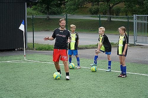 Fotboll 2000's Johan Nexborn instruerar fotboll hos Kållered SK